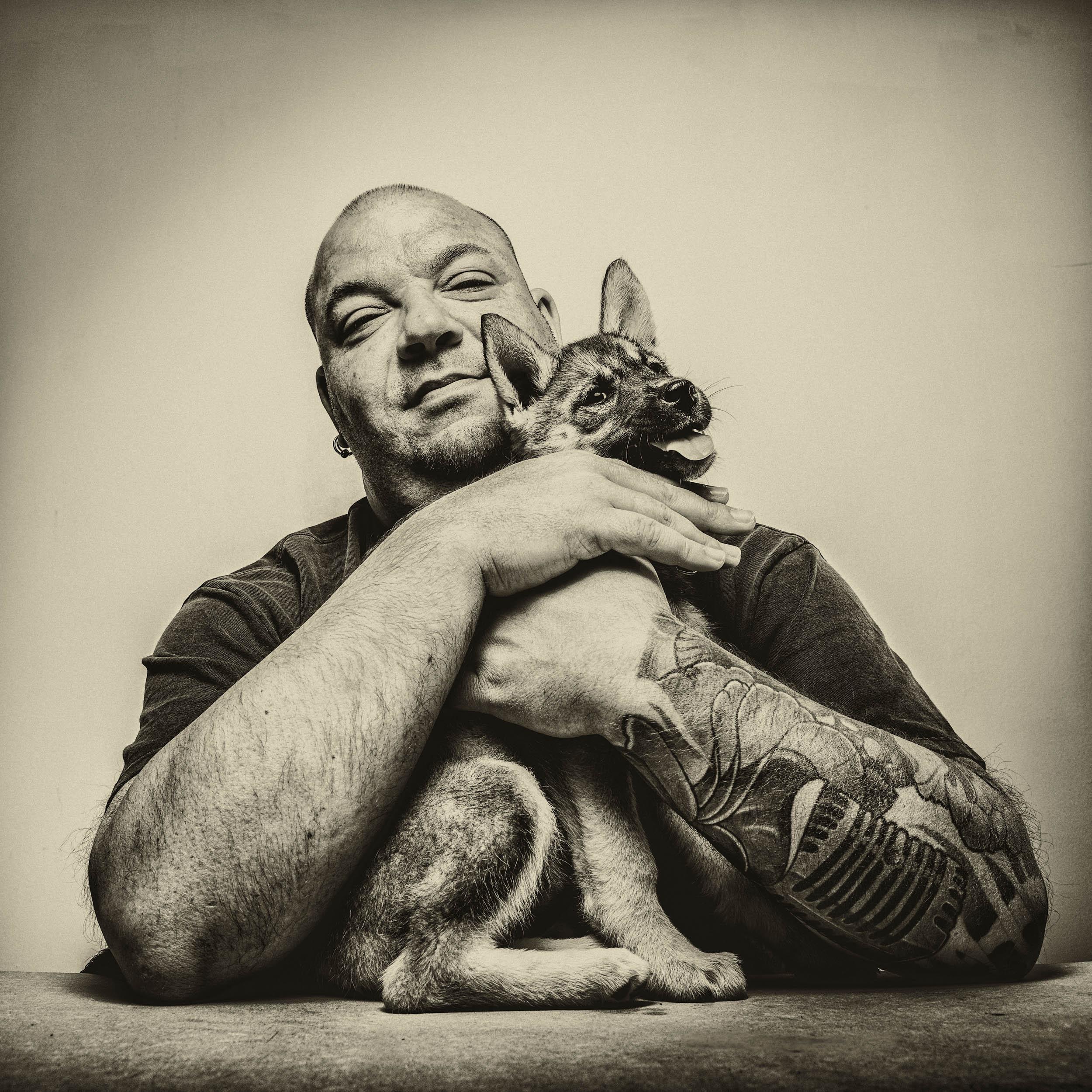 Portrait en confinement de mon voisin Mickael et sa petite chienne Laika